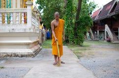 Monaco buddista, tempio tailandese di Sweep del monaco. Fotografia Stock