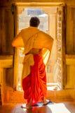Monaco buddista in una porta fotografia stock libera da diritti