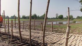 Monaco che attraversa un ponte di bambù video d archivio