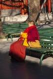 Monaco che si siede pagando nel giardino af il tempio della lama a Pechino, Cina immagini stock libere da diritti