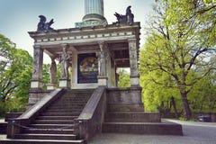 Monaco di Baviera, Germania - angelo del monumento di pace, dettaglio del plinto con il Ca immagini stock