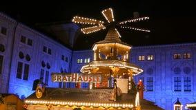 Monaco di Baviera, Germania - 2 dicembre 2018: Mercato del villaggio di Natale del palazzo imperiale della residenza Mulino antic archivi video