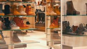 Monaco di Baviera, Germania - 2 dicembre 2018: Negozio di scarpe di vetro della vetrina su cui la vendita dell'iscrizione Scarpe  archivi video