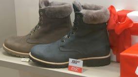 Monaco di Baviera, Germania - 2 dicembre 2018: Stivali di lusso costosi nel deposito della vetrina della scarpa accanto alla fine stock footage