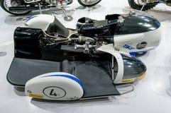 Monaco di Baviera, Germania - 10 marzo 2016: Motociclo classico al museo di BMW e guardolo a Monaco di Baviera Fotografia Stock Libera da Diritti