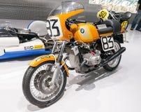 Monaco di Baviera, Germania - 10 marzo 2016: Motociclo classico al museo di BMW e guardolo a Monaco di Baviera Immagine Stock Libera da Diritti