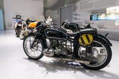 Monaco di Baviera, Germania - 10 marzo 2016: Motociclo classico al museo di BMW e guardolo a Monaco di Baviera Immagini Stock Libere da Diritti