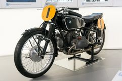 Monaco di Baviera, Germania - 10 marzo 2016: Motociclo classico al museo di BMW e guardolo a Monaco di Baviera Fotografie Stock Libere da Diritti
