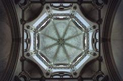 Monaco di Baviera, Germania; 2 novembre 2018: Volta di pietra in chiesa tedesca fotografie stock