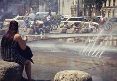 Monaco di Baviera, la fontana a Karlsplatz-Stachus di estate Fotografia Stock