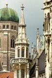 Monaco di Baviera, la Germania - torre di orologio del Frauenkirche e comune Immagini Stock Libere da Diritti