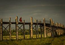 Monaco di camminata sul ponte di legno Fotografie Stock Libere da Diritti