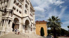 Monaco domkyrka, en romare - katolsk kyrka i Monaco-Ville, Monaco, lutande ner lager videofilmer