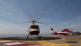 MONACO - FEBRUARI 13, 2018: En helikopter på plat formen ovanför havet i Monte Carlo International Heliport detta stock video