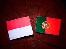 Monaco flaga z portugalczyk flaga na drzewnym fiszorku odizolowywającym Obrazy Stock