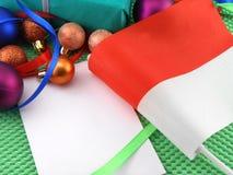 Monaco-Flagge mit Weihnachtsdekoration, neues Jahr Stockfotografie