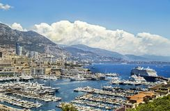 """Monaco, Frankrijk †""""24 Juli, 2017: Schilderachtige mening van beroemde jachthaven met reusachtige toeristenvoering in luxe Mona Stock Foto"""