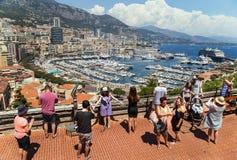 """Monaco, Frankrijk †""""24 Juli, 2017: Toeristenmensen die foto nemen dichtbij schilderachtige mening van jachthaven in luxe Monaco Royalty-vrije Stock Afbeeldingen"""