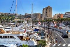 """Monaco, Frankrijk †""""24 Juli, 2017: Toneelmening van stadsstraten met de bouw en jachthaven met duur jacht van luxe Monaco Stock Afbeeldingen"""