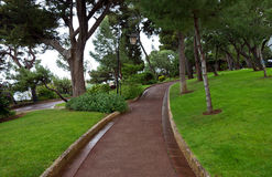 Monaco - Fußgängerweg im Heiligen Martin Park in Monte Carlo Stockfotos