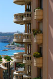 Monaco om balkon en blauwe overzees Stock Foto