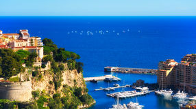 Monaco ` s Rocher en de Fontvieille-jachthaven met Regatta op achtergrond Royalty-vrije Stock Foto