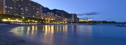 Monaco strand på natten Arkivfoton