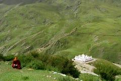 Monaco tibetano che legge un libro immagine stock
