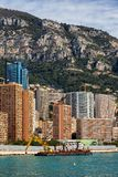Monaco-Wohnungs-Türme und Lastkahn mit Kran Lizenzfreies Stockbild