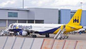 Monarch Airlines-Flugzeug am Flughafen Lizenzfreies Stockfoto