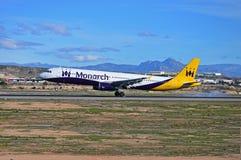 Monarch Airlines flygplanslandning på den Alicante flygplatsen Royaltyfria Foton