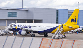 Monarch Airlines-vliegtuig bij de luchthaven Stock Foto's