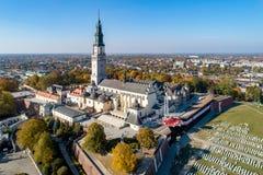 Monastère de Jasna Gora dans Czestochowa, Pologne Silhouette d'homme se recroquevillant d'affaires photo stock