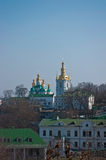 Monastère à Kiev sous la rivière Dnieper Image stock
