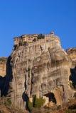 Monastère accrochant chez Meteora de Kalampaka en Grèce Le Meteora Image libre de droits