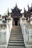 Monastère antique de teck de Shwenandaw Kyaung à Mandalay, Myanmar Photo stock