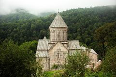 Monastère arménien entre les montagnes en Arménie Images stock