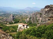 Monastère aux montagnes en Grèce images stock