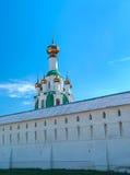 Monastère blanc d'Ortodox près de Yaroslavl Photo stock