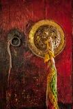 Monastère bouddhiste tibétain de poignée de porte images stock