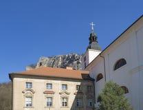 Monastère, couvent et église bénédictins baroques Saint John sous la falaise, cosse Skalou, Beroun, central de Svaty janv. images stock
