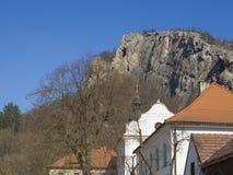 Monastère, couvent et église bénédictins baroques Saint John sous la falaise, cosse Skalou, Beroun, central de Svaty janv. photographie stock libre de droits