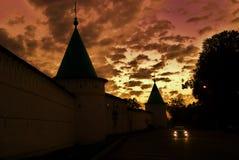 Monastère d'Ipatevsky dans Kostroma, Russie Photo de nuit dans des tons rouges Images libres de droits