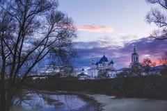 Monastère dans Bogolubovo, région de Vladimir, Russie Coucher du soleil de ressort Image libre de droits