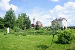 Monastère dans la région de Moscou, près du temple de caverne du GreatMartyr saint Demetrios Image stock