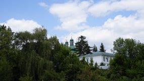 Monastère dans la terre en friche de Kitaevo Photos stock
