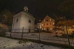 Monastère dans la ville Ostrov de nuit près de la ville de Karlovy Vary Photo stock