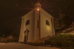 Monastère dans la ville Ostrov de nuit près de la ville de Karlovy Vary Image libre de droits