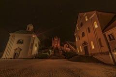 Monastère dans la ville Ostrov de nuit près de la ville de Karlovy Vary Photographie stock libre de droits