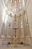 Monastère de Batalha. Fenêtres en verre teinté de crucifix Images libres de droits